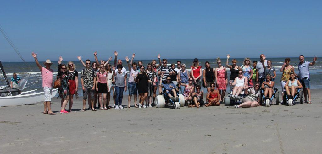 Vrijwiliggers Stichting Avieren groepsfoto strand