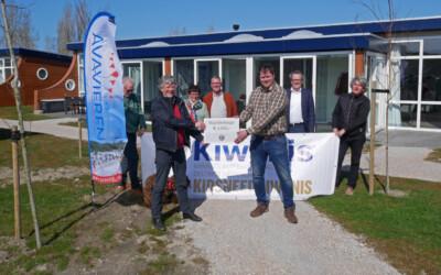 Kiwanis Westland reikt cheque uit aan stichting Avavieren